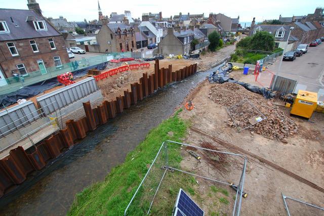 Hyflo plaatst flood barriers MCM